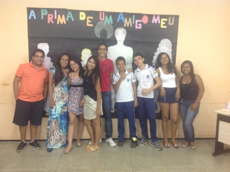 Prof. Ribamar Batista e os/as alunos/as que apresentaram o livro A prima de um amigo meu.